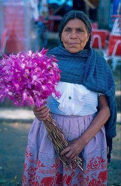 ♥ Bellisima!! ♥  las flores que sostiene esta mujer indigena son un tipo de orquideas llamadas calaveritas solo se recolectan unos dias antes del dia de muertos en mexico y son de un lugar llamado chilapa esta en gurrero son bellisimas