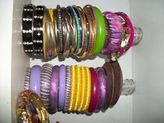 garrafas para guardar as pulseiras; organiza e decora.