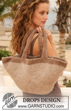 """DROPS 112-46 - Felted DROPS bag in """"Eskimo"""". - Free pattern by DROPS Design"""