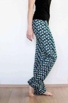 Střih na dámské rovné kalhoty - domácí, pyžamové nebo fitnes Sewing Tutorials, Sewing Patterns, Sewing Projects, Fabric Stamping, Diy Fashion, Womens Fashion, Textiles, Sewing Clothes, Dressmaking