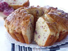 😋BABÀ RUSTICO NAPOLETANO😋 (da NON confondere con il tortano napoletano, altrettanto buonissimissimo!). Si tratta della versione salata del classico e rinomato dolce. Infatti, per la sua preparazione viene utilizzato anche lo stesso stampo. È composto da un impasto di uova, farina, formaggi e salumi misti (tipo salame, pancetta, prosciutto cotto..). Gustoso e decisamente ricco, qui da noi non manca mai per le occasioni speciali ❤️. Muffin, Bread, Breakfast, Prosciutto Cotto, Pancetta, Instagram, Cooking, Morning Coffee, Brot