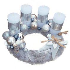 Ezüst gömbös adventi koszorú Advent Wreath Candles, Blue And Silver, Wreaths, Christmas, Ideas, Decor, Felting, Crown Cake, Xmas