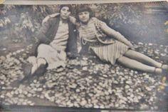 1925 BEŞİKTAŞTA KÖŞKÜN BAHÇESİNDE..ŞİMDİ OTURDUĞUM SEMTTE..ABBASAĞA..HALA DURUYOR O EV  Tahire Özel aile arşivi ve adına yeniden albüme yüklenmiştir.