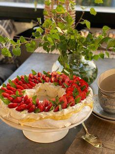 Pavlova krans - enkel og kjempegod oppskrift - Franciskas Vakre Verden Cupcake Cakes, Cupcakes, Pavlova, Cheesecake, Dessert Recipes, Food And Drink, Baking, Eat, Live