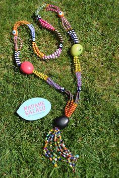 Collar de taguas realizado de manera artesanal por Madame Kalalú. Cuentas de varios colores y taguas de colores: fucsia, verde y negra. Ramillete de cuentas rematadas con ojos de Panamá. #altaartesania #exclusividad #madamekalalu (Ref. COTALO0010)