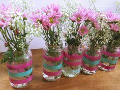 Si te gusta acumular frascos de vidrio y tienes una fiesta en camino, aquí te comparto un paso-a-paso de como hice los floreros para mi fiesta. El fin de semana …