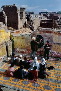 Steve McCurry – Magnum Photos Students attend class in partially destroyed buidling in central Kabul, Afghanistan, Religions Du Monde, Cultures Du Monde, World Cultures, Schools Around The World, People Around The World, Around The Worlds, Steve Mccurry Photos, Afghan Girl, Foto Art