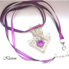 Lila varázs nyaklánc, Ékszer, óra, Esküvő, Nyaklánc, Ezüstözött drót keretbe foglaltam egy  lila követ. A medált kétféle lila színű selyemszala..., Meska