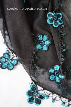 トゥーオヤの花花ストール Crochet Jewelry Patterns, Filet Crochet, Shawl, Jewels, Knitting, Tea Cozy, Bandana, Crocheting, Bracelets