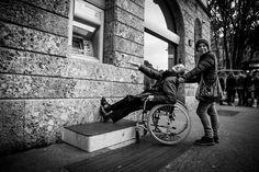 Gradini e pavé sconnesso, marciapiedi troppo stretti per consentire il passaggio della sedia a rotelle e porte che vanno necessariamente aperte a spinta: sono gli ostacoli con cui si vede costretto a fare i conti un disabile nel centro di Milano. Li ha documentati in un reportage la fotografa