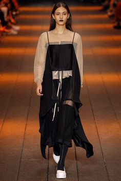 DKNY Spring 2017 Ready-to-Wear Fashion Show - Greta Varlese
