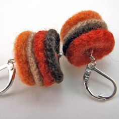 Recycled Sweater Felt Earrings-Maple Stackers por PaganoDesignWorks