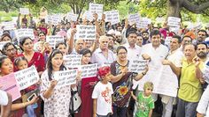 """Parents of the children studying in some of the private schools of the city launched a signature campaign at Ram Bagh on Sunday against the """"loot"""" by educational institutions. They are against the frequent hikes and high school fees by educational institutions #Amritsar #Punjab #news"""