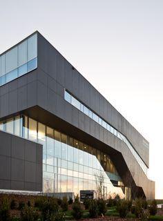 Georgian College, Canada. Arquitecto: Teeple Architect.  Material: Fachada en EQUITONE