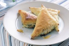 Spinach and ricotta filo triangles. Great for nibbles when entertaining. I like these cold for lunch the next day too. Cake Ingredients, Vegetarian Finger Food, Vegetarian Recipes, Healthy Food, Healthy Eating, Fish Recipes, Whole Food Recipes, Recipies, Finger Food