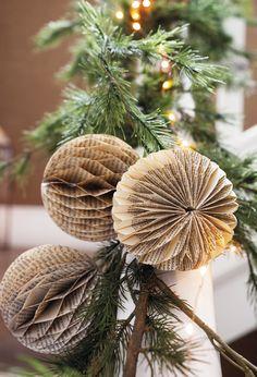 Put a very Christmas hall - Oscar Wallin All Things Christmas, Christmas Holidays, Christmas Wreaths, Christmas Decorations, Xmas, Christmas Ornaments, Holiday Decor, Paper Balls, Navidad Diy