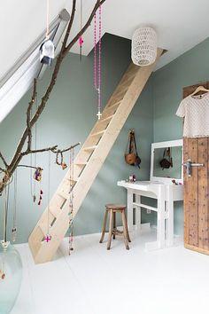 Groene muur, green wall, vintage groen, kiezelgroen, vergrijsd groen, hout, metaal. Je leest het op http://www.stijlhabitat.nl/groenig-misschien/