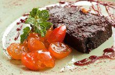 Terrine de chocolate servido gelado, com laranjinhas kinkan em compota