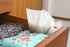 Enhance the smell of musty drawers: Dresser drawers can get quite dirty after a long time, and no one wants to put fresh clothes into a stinky drawer. Slipping dryer sheets in between layers of clothing will help stave off that unpleasant odor! Dryer Sheet Hacks, Uses For Dryer Sheets, Blinds For Windows, Dresser Drawers, Home Hacks, Household Items, Clean House, Throw Pillows, Organization