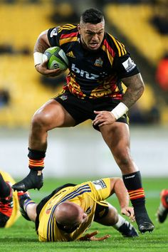 Ben Franks Photos Photos - Hika Elliot of the Chiefs beats the tackle of Ben Franks of the Hurricanes during the round 14 Super Rugby match between the Hurricanes and the Chiefs at Westpac Stadium on May 16, 2015 in Wellington, New Zealand. - Super Rugby Rd 14 - Hurricanes v Chiefs