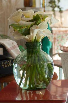 Preciosas damajuanas de boca ancha usadas como jarrón para maravillosas calas. Brocante Mónica Arrojo & Patricia Mosquera.