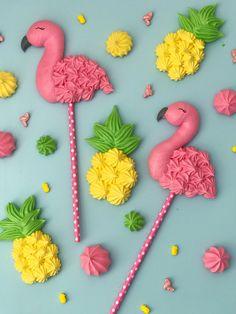 Cake bowl with red fruits - HQ Recipes Meringue Cookie Recipe, Meringue Desserts, Cute Desserts, Royal Icing Cookies, Sugar Cookies, Cloud Cake, Flamingo Cake, How Sweet Eats, Pavlova