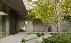 Set amidst Cypress trees on the edge of Australia's Mornington Peninsula golf course – on Victoria's southern tip – the Links Courtyard House is the latest single-storey holiday home by Inarc Architects. Set within an aspect that combines the links gol...