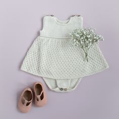 Dagens gratisoppskrift: My petite kjolebody | Strikkeoppskrift.com Baby Barn, Baby Knitting Patterns, Camilla, Boho Shorts, Monkey, Diy, Women, Fashion, Moda