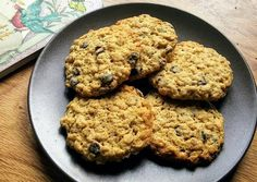 Μπισκότα με βρώμη και κομμάτια σοκολάτας Fitness Tips, Food And Drink, Sweets, Cookies, Desserts, Recipes, Crack Crackers, Tailgate Desserts, Postres