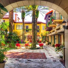 Charming courtyard in Palm Beach, Florida. Photo courtesy of eachapman4 on Instagram.