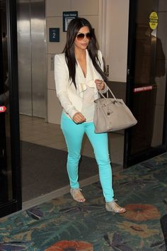 Kim Style: On Trend in Turquoise - Kim Kardashian Style Pantalon Turquoise, Turquoise Jeans, Teal Jeans, Estilo Fashion, Look Fashion, Womens Fashion, Big Fashion, Kim K Style, Her Style