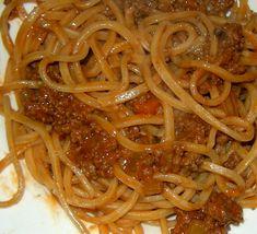 """Gli spaghetti alla chitarra (tipici dell'Abruzzo), sono una varietà di pasta all'uovo.   La larghezza del taglio (circa 2-3 mm) è identica a quella dei tagliolini, ma lo spessore è decisamente maggiore. Visti in sezione, si presentano """"quadrati"""".  L'attrezzo (detto chitarra) conferisce alla pasta uno spessore squadrato e una consistenza porosa che consente al sugo con cui verrà condita di aderire completamente, con grande soddisfazione del palato."""