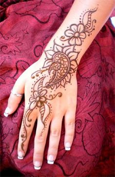 Easy Henna Tattoo Designs: Here are some easy Henna (Mehndi) designs which are Looking cute. Tattoo Henna, Henna Mehndi, Henna Art, Hand Henna, Mehendi, Mandala Tattoo, Henna Hands, Henna Mandala, Henna Patterns Hand