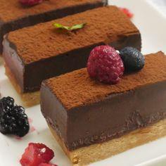 オーブン不要で簡単!「生チョコタルト」のレシピと作り方を動画でご紹介します。暑い夏でも火を使わずに、混ぜて冷やして固めるだけの、お手軽レシピです!とろ〜りとろける贅沢なくちどけを楽しんでくださいね♪