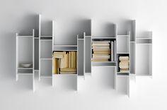 Dernière née de la collection RANDOM, la bibliothèque murale suspendue RANDOMITO se compose d'une multitude de cases de dimensions variées, ...