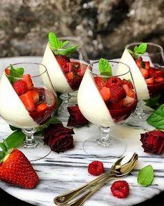 Vanilla Panna Cotta, Raspberry Panna Cotta, Delicious Desserts, Dessert Recipes, Fruit Dessert, Good Food, Yummy Food, Creative Food, Food Design
