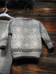 Ullsett med mønster str. 2 år :) Pullover, Sweaters, Fashion, Tricot, Moda, Fashion Styles, Sweater, Fashion Illustrations, Sweatshirts