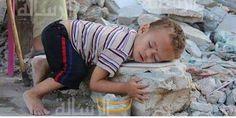 طفل ينام على بقايا من أنقاض منزله بحي الشجاعية في #غزة والذي دمره العدوان الصهيوني