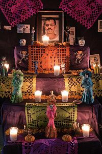 Candlelit Day of the Dead Ofrendas in Jalisco, Mexico ⋆ Photos of Mexico by Dane Strom Day Of The Dead Diy, Mexico Day Of The Dead, Vintage Halloween, Halloween Diy, Group Halloween, Halloween Table, Costume Halloween, Halloween Pumpkins, Halloween Makeup