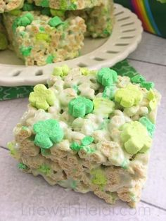 These Clover Bars are the perfect treat for Saint Patricks Day. Whip up a batch today. st patricks day treats Clover Bars are Perfect for St. Oreo Treats, Rice Krispie Treats, Rice Krispies, Soccer Treats, Dog Treats, Fete Saint Patrick, Sant Patrick, St Patrick Day Snacks, St Patricks Day Food