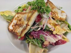 Gebratenes Zanderfilet | Blattsalat | Himbeerdressing Chili, Dressing, Sandwiches, Chicken, Meat, Food, Leafy Salad, Spinach, Raspberries