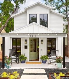 White Farmhouse Exterior, White Exterior Houses, House Paint Exterior, Exterior House Colors, Farmhouse Style, House Exterior Design, White House Exteriors, White Farm Houses, Urban Farmhouse