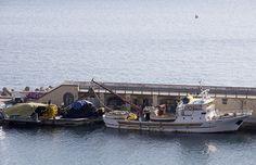Barca da pesca sistema le reti nel porto di Cetara
