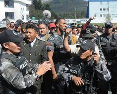07:30 Cerca de 500 policías ocuparon el Regimiento Quito. Los uniformados exigían la derogatoria de la Ley de Servicio Público, que según ellos eliminaba bonificaciones por ascensos y condecoraciones.