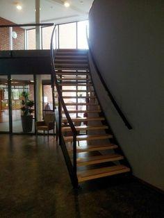 Stalen wenteltrap voorzien van houten treden geplaatst in een verzorgingshuis te Hoogeveen. #Stalen_trappen, #Gebogen_trap