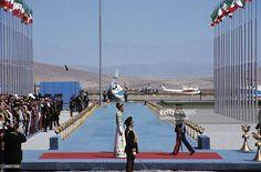 The 2500Th Anniversary Of The Persian Empire. Persépolis - octobre 1971 - Lors des trois jours de fêtes célébrant le 2500ème anniversaire de la fondation de l'Empire perse : sur un podium, le Shah Mohammad Reza PAHLAVI D'IRAN en uniforme de gala, saluant face à son épouse la Shabanou Farah DIBA.