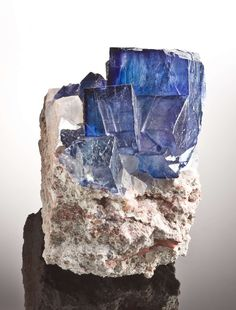 Halite and Sylvite from Carlsbad Potash District, Eddy and Lea Counties, New Mexico, USA [http://img.irocks.com/2013-updates/RobC-DEN13/Halite-Sylvite-Carlsbad-NewMexico-15cm-JB986-39.jpg]