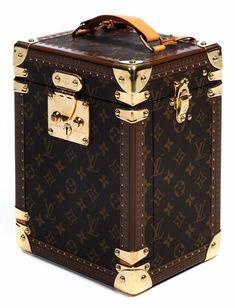 """Ca. 28 x 21,5 x 16 cm. Um 1999 - 2000. Kleiner Hartschalenkoffer zur Aufbewahrung von Armbanduhren. Verziert mit dem klassischen """"Louis Vuitton"""" Monogramm,..."""