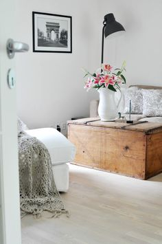 Norwegian Living Room The linen chest. The crochet blanket Living Room Modern, Home Living Room, Living Spaces, Style At Home, Living Room Inspiration, Interior Inspiration, Sweet Home, Ideas Prácticas, Decor Ideas