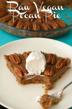 of raw goodness, packed with pecans an… Deliciously raw vegan pecan pie. of raw goodness, packed with pecans and pecan flavor, super easy to make. Raw and gluten-free. Desserts Crus, Raw Vegan Desserts, Raw Vegan Recipes, Vegan Sweets, Vegan Foods, Raw Vegan Cake, Raw Dessert Recipes, Drink Recipes, Vegan Pecan Pie